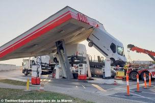 Autotransporter trifft Tankstellendach