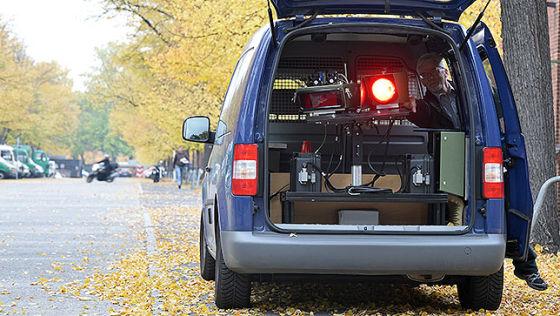 Polizeiangestellter Klaus Nitzer stellt am 09.10.2013 in Berlin die Vitronic Poliscan Speed-Radaranlage (PSS) eines Geschwindigkeitsmesswagens der Polizei ein.