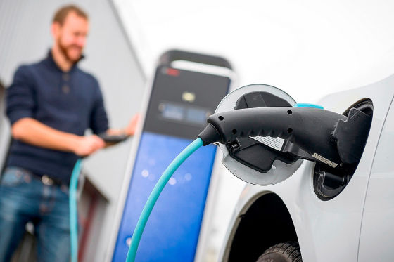 So können Sie mit Ihrem E-Auto beim Stromtanken zu Hause 500 Euro sparen