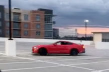 Mustang-Fahrer crasht beim Driften auf einem Parkdeck
