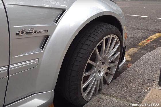 Diesem Mercedes CLK 63 AMG Black Series wurden die Felgen geklaut