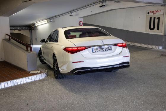 Darum kriegt die S-Klasse durch das Parkhaus im Stuttgarter Flughafen