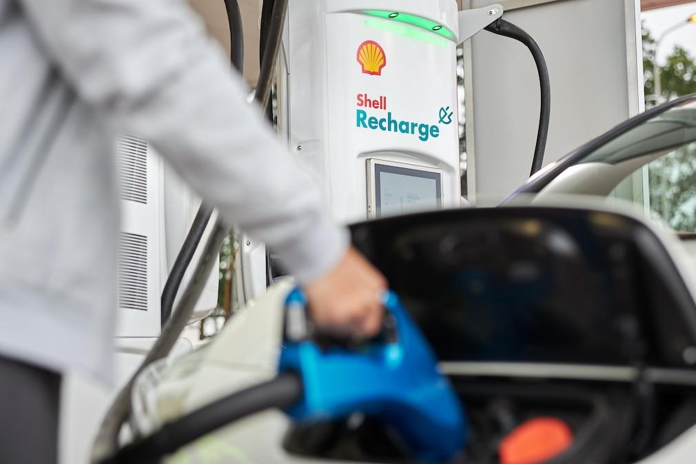 Auto lädt an einer Shell Recharge Ladesäule