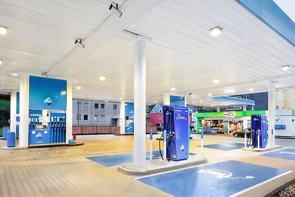 "Aral nimmt erste ""ultraschnelle"" Ladesäulen unterm Tankstellendach in Betrieb - E-Ladesäule"