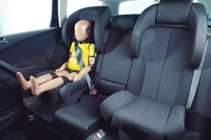 Crashtest: Integrierte Kindersitze
