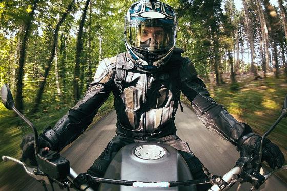 Motorrad fahrer in Motorradausrüstung