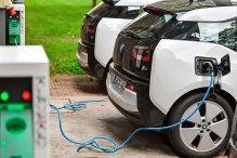 Elektrofahrzeuge vom Typ BMW i3 werden am 01.08.2017 in Schönefeld (Brandenburg) aufgeladen.