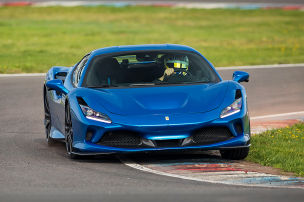 Mit dem Ferrari F8 Tributo auf der Piste