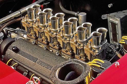 Ungefiltert: Der V12 schnorchelt das Benzin durch offene Vergaser.