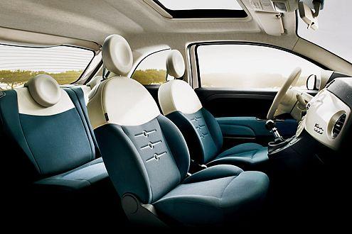 Wie beim Vorbild aus den 50ern: Lenkrad und Sitze farblich abgestimmt.