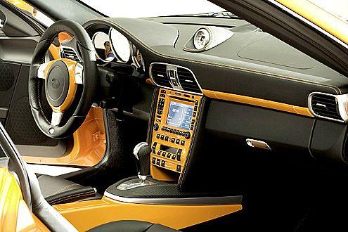 Bei TechArt zählen auch innere Werte: Leder und CarboBlack-Optik.