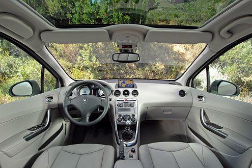 Im Innenraum sorgen neun Airbags für die Sicherheit der Passagiere.