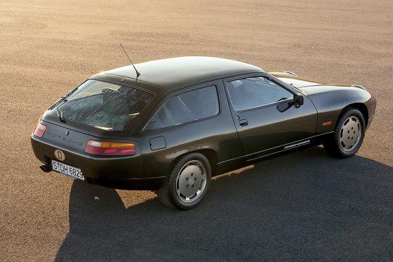 Bei dem ab 1980 lieferbaren  Porsche 928 S kommen Front- und Heckspoiler hinzu, die sich harmonisch in die Gesamterscheinung einfügen.