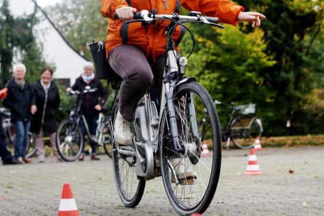 Pedelec-Fahrerin beim Sicherheitstraining