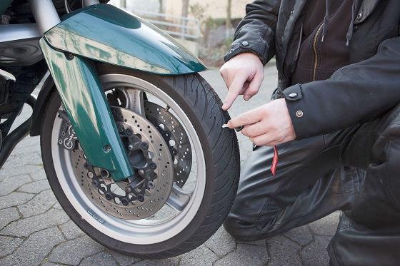 Kontrolle der Profiltiefe beim Motorradreifen