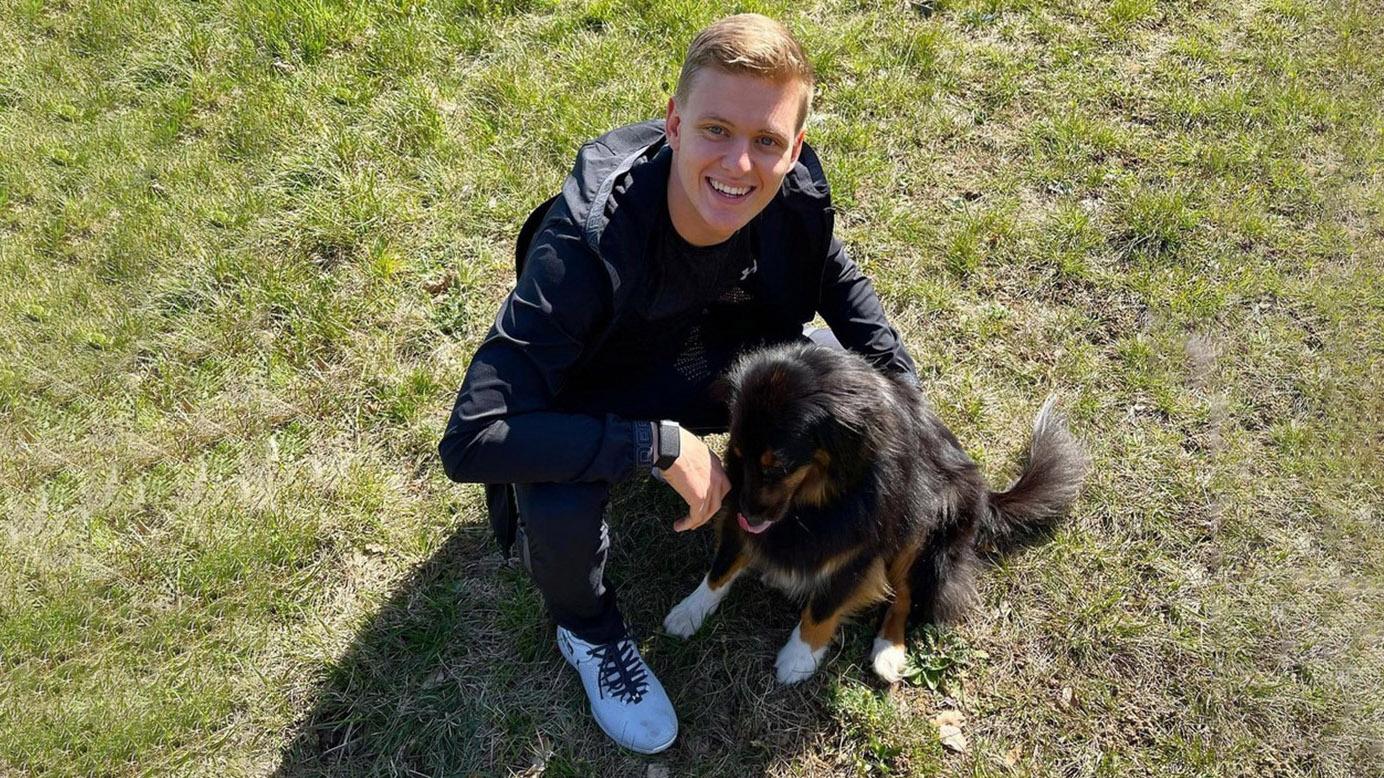 Mick Schumacher: Der nette Mick - Mit Mutter und Hund in Imola