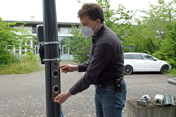 Prof. Johannes Stolz erklärt Laden an Straßenlaternen