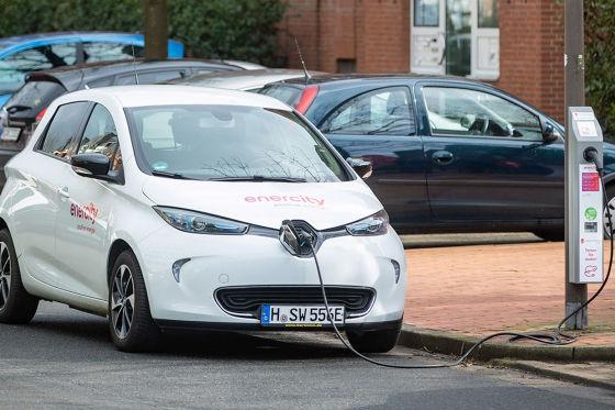 Ein Renault Zoe beim Laden an Straßenlaternen