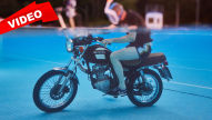 Mit einer alten 125er Suzuki unter Wasser