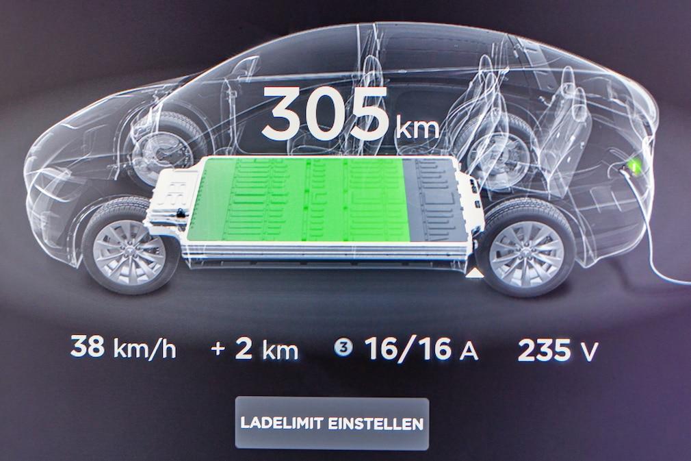 Tesla-Display mit Ladezustand