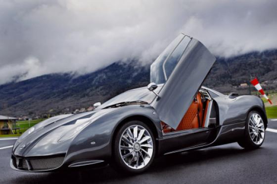 Standesgemäß: Der Spyker wird über Flügeltüren mit rahmenlosen Scheiben geentert.