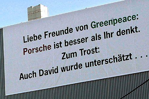 Gegenplakate als Antwort: Porsche geht die Sache eher locker an.
