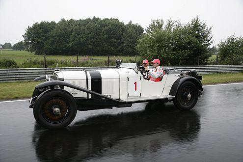 Hamilton und Alonso im Mercedes-Benz S, dem Sieger-Auto von 1927.