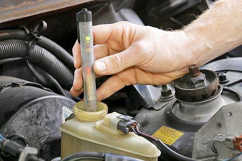Wenn Bremsflüssigkeit zu alt ist, kann es Probleme geben: also wechseln.
