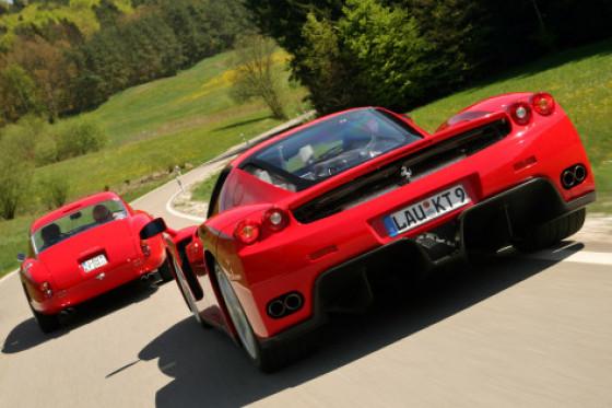 Heckansichten im Wandel der Zeit: dynamisch der Enzo, sexy der 250 GT.