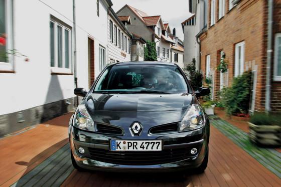Beim Spurt bleibt der Clio dem Fabia dicht auf den Frsen. ESP gibt es nur gegen Aufpreis.