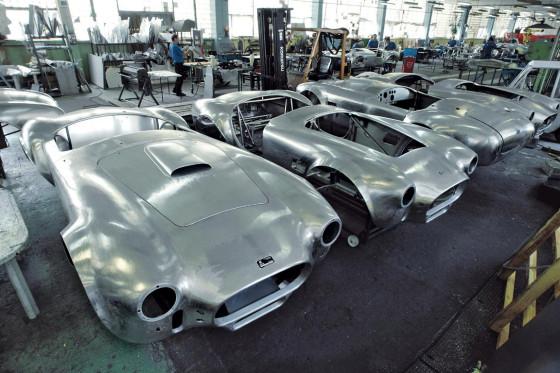 Alles Handarbeit: Um die 100 Karosserien (sowohl Cobra 427 als auch Cobra 289) baut Kirkham Motorsports jährlich in Mielec, etwa 90 Prozent davon gehen in die USA.