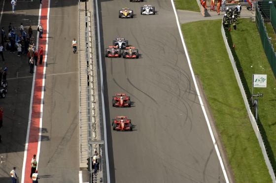 Alonso liegt beim Start zwar knapp hinten, nutzt aber die Innenbahn und lässt Hamilton nur den vierten Platz.