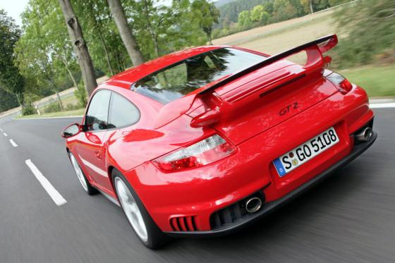 Straßenkleber: Das Hinterteil des Porsche GT2 krallt sich fest, als hätte es einen Klettverschluss.