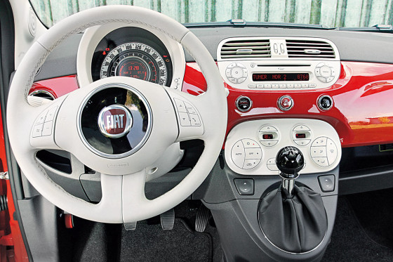 Auf den ersten Blick hochwertig: der Innenraum des Fiat 500.