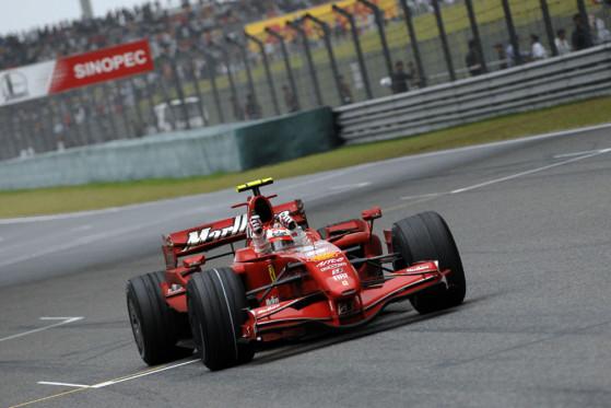 Reißt die Fäuste hoch: Kimi Räikkönen nach seinem Sieg in Schanghai.
