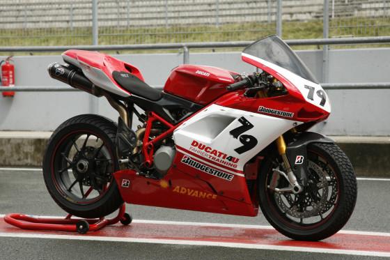 Das Biest: Die Ducati 1098s ist mit 160 PS unwesentlich langsamer (300 km/h) als der Ferrari.