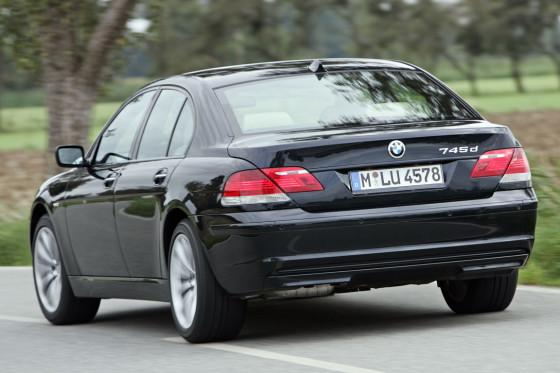 Nicht ohne Kritik: Das Fahrwerk des BMW 745d stresst bei hohem Tempo mit beirrbarem Geradeauslauf.
