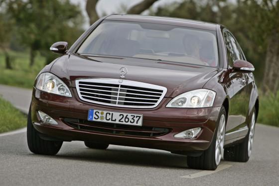 Schneller Gleiter: Wie die Konkurrenz schafft auch der Mercedes S 420 CDI locker 250 km/h.