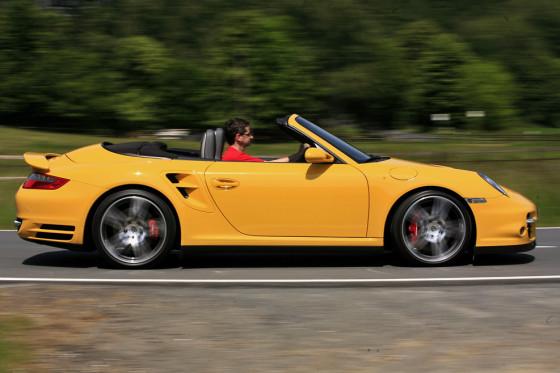 Am besten ohne Haare genießen: Bei Vollgas tobt im 911 Turbo Cabrio ein echter Orkan.