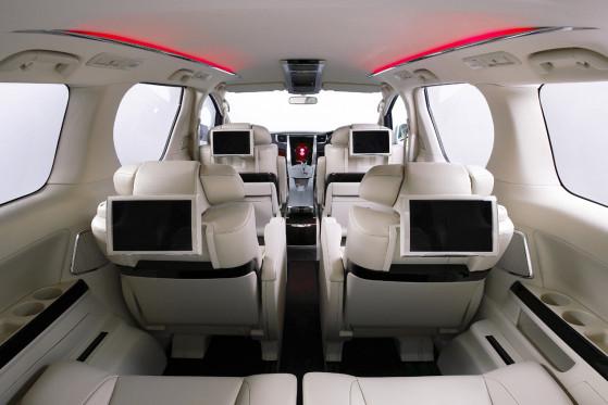 Alles im Zeich des Wohlfühlfaktors: Im Van FT-MV lassen sich die Sitze der zweiten Reihe in bequeme Schlafsessel mit Fußstütze verwandeln.