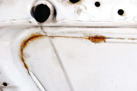 AUBI - Kantenrost bildet sich ueberall dort, wo scharfe Blechkanten schlecht lackiert wurden. Foto erstellt am 26.03.2003 AB142003 040