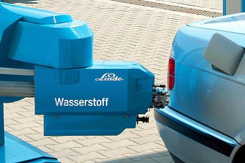Sehen so die Zapfpistolen der Zukunft aus? Ein BMW Hydrogen 7 dockt an einer Wasserstofftankstelle in München an.