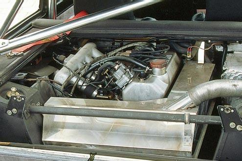 Motor statt Rücksitz - der 160-PS-Turbo pfeift direkt hinter dem Fahrer sein böses Lied.