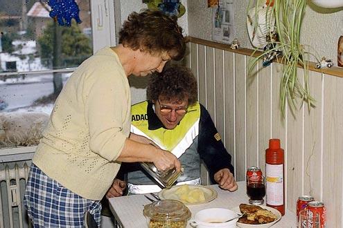 Engel unter sich: 40 Jahre zusammen, 35 Jahre verheiratet, 31 Jahre täglich um 13 Uhr bekocht. Charly und Ehefrau Hannelore.