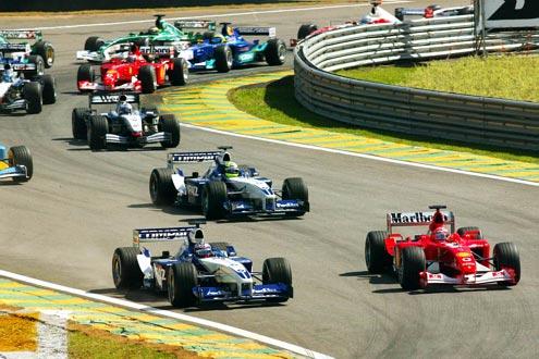 Start: Montoya kommt von seiner ersten Pole-Position gut weg. Trotzdem kann sich M. Schumacher im neuen Ferrari innen neben ihn setzten.