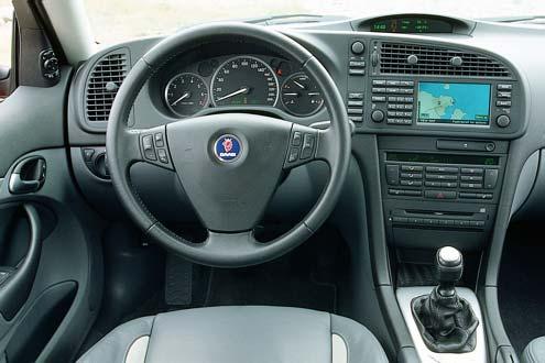 Typisch Saab: fahrerorientiertes Design im Cockpit. Geschickt integriert: der große 8,5-Zoll-Farbbildschirm (2200 Euro Aufpreis) für das Navigationssystem.