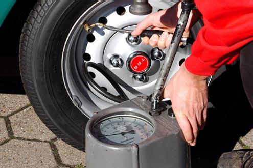 An der Tankstelle 2: Erhöhung des Reifendrucks um etwa ein Bar wirkt dem Standplatten entgegen.