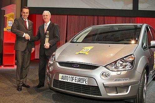 Der Ford S-Max ist das Auto 1 von Europa. Dr. Andreas Wiele, Vorstand Zeitschriften und Internationales der Axel Springer AG, überreichte die begehrte Trophäe an John Fleming, President und CEO Ford Europe.