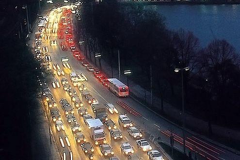 Dichter Feierabendverkehr in Hamburg: Trotzdem verzichtet die Hansestadt auf Umweltzonen.