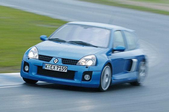 Imposantes Heck: breite Backen, Doppelrohr-Auspuff. Der Clio V6 ist zwar kein Leichtgewicht (1475 Kilogramm), rennt aber in weniger als sechs Sekunden auf 100 km/h.